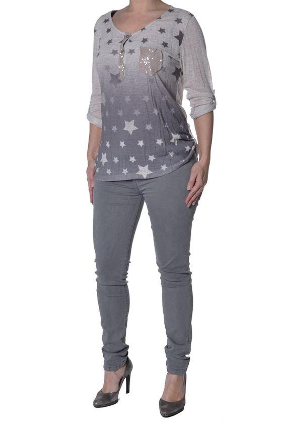 Sterrenshirt met pailletten van het merk Gemma #Ricceri. Het bestaat uit twee delen: een basic topje en een #shirt met #sterrenprint.