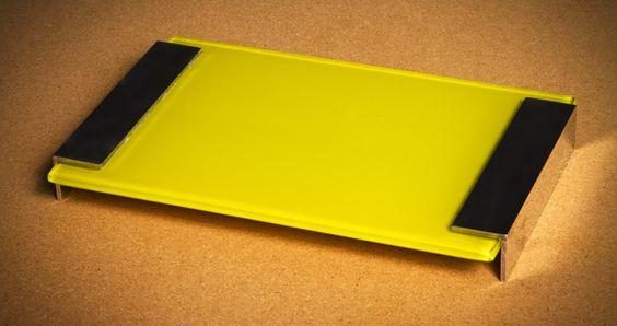 Bandeja 18x36cm com vidro 6mm  pintado na cor amarela com  apoio cantoneira em alumínio  polido