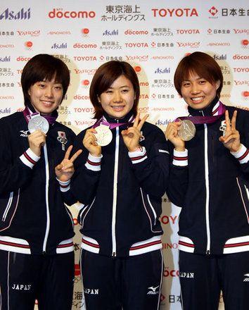 卓球女子団体で初めてのメダルを獲得した石川選手(左)、福原選手(中)、平野選手