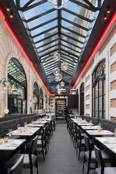 Erg cool die rode strakke lijnen aan het plafond. Zou eventueel ook lager kunnen aan de muur. Volgens mij best goedkoop wow factor.  Café Artcurial | Paris