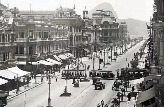 Primeiras poses da cidade maravilhosa... A avenida Central, a atual Rio Branco. Por volta de 1907  https://www.facebook.com/Guarantiga/photos/a.490233921007939.115673.490210317676966/997063366991656/?type=1&theater