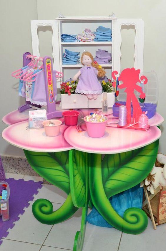 Levamos as bonecas e as crianças customizam sua criação.
