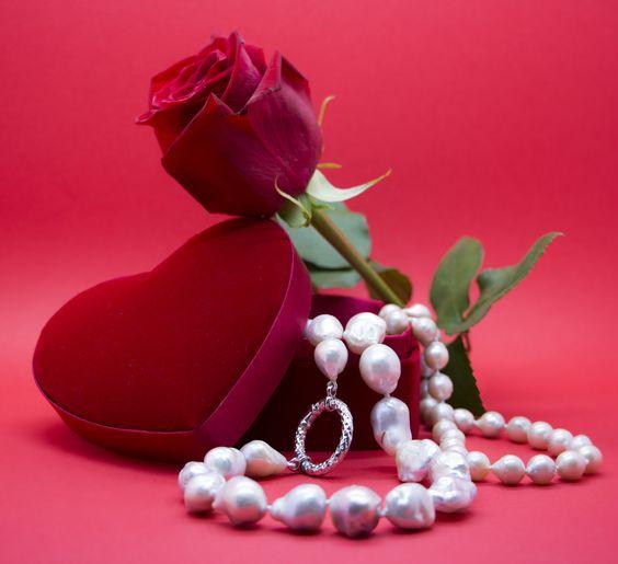 """""""Bellissima composizione per San Valentino realizzata da Antogioielli. Rosa rossa e collane di perle bianche d'acqua dolce"""". #necklace #fashion #jewelry #earrings #handmade  #shopping #girl"""