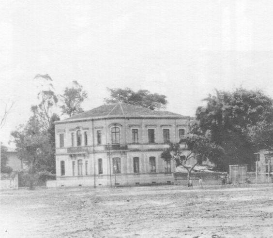 1888 - Discreta residência do Dr. Joaquim José Vieira de Carvalho no Largo 7 de Abril (depois praça da República). Projeto de Ramos de Azevedo.
