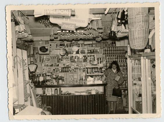 1959 Duimdrop, petroleum, stofdoeken, verf en keukentrapjes, een klein deel uit het assortiment van Jantje van Alles. De buitenkant van de winkel, met zijn uitstalling van alle mogelijke spullen, was vanaf de Wittenburgergracht goed te zien.  http://buurtwinkels.amsterdammuseum.nl/2104/nl/jantje-van-alles-van-petroleum-tot-suikergoed