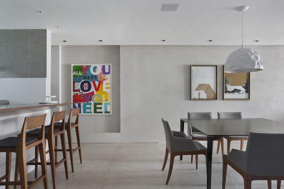 Em Ipanema, o imóvel ganhou um décor elegante e contemporâneo! O cinza domina o visual com leves toques de cor. Criação da designer de interiores Roberta Devisate (@robertadevisate) - veja mais fotos no site! #casavogue #decoração #cinza