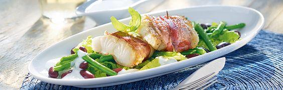 Seelachs im Speckmantel auf Bohnensalat