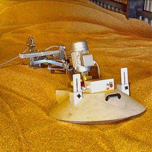 El removedor de granos autopropulsado con sinfines intercambiables que profundizan entre 1,5 y 4 metros, es un equipo indispensable para conservar el grano almacenado en naves, evitando el deterioro en calidad y su pérdida de valor.