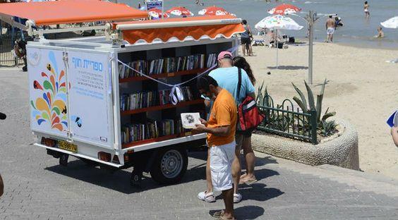 Une bibliothèque gratuite inaugurée sur une plage de Tel-Aviv: