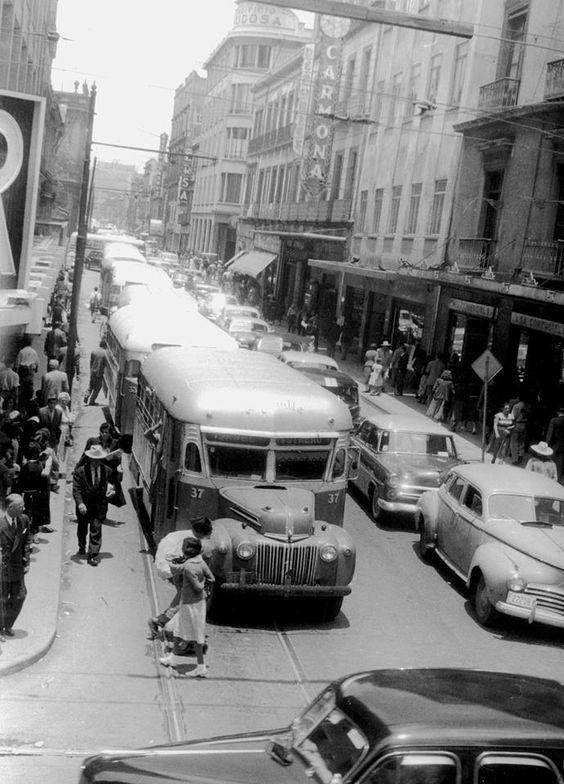Calle de Isabel la Católica desde el cruce con Venustiano Carranza. Años 50's