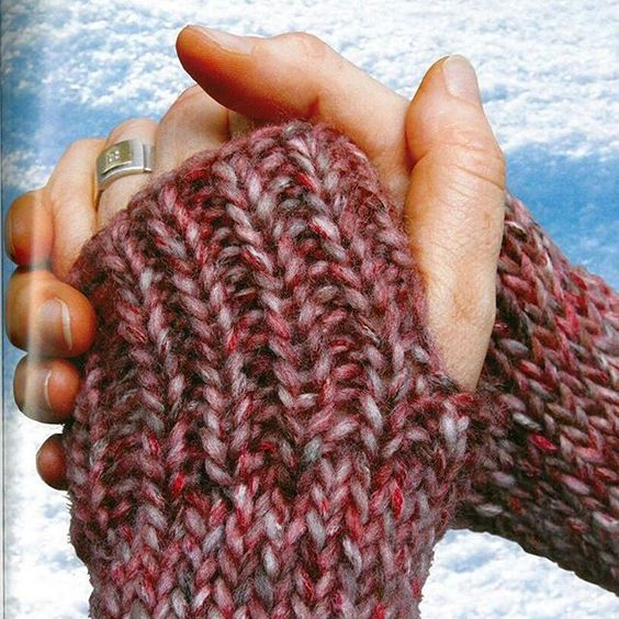"""Schnell ein Paar neue Handstulpen kurbeln. Mit der addiExpress Strickmaschine ist das ganz schnell gemacht. Modell aus dem Buch addiExpress """"Kombi-Technik"""" -------- It's time to search your winter gear or quickly in beautiful autumn colors boost a new pair. With the addiExpress knitting machine that`s done in no time. From the book addiExpress Combi-Technique."""