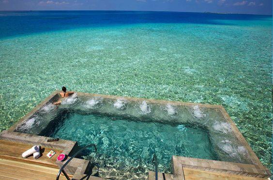 Simplemente te invitamos a que te imagines aquí. Sol. Paraíso. Todas las comodidades. Bienvenido a Velassaru Resort en Maldivas. Este hotel es pura inspiración y ensoñación. Soñarás con él y con estos otros destinos donde el sunbathing es pura clase.