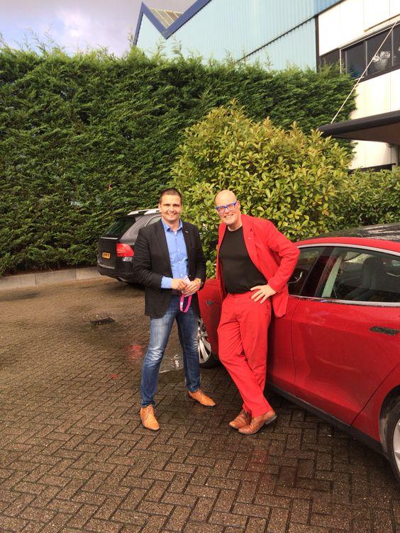 In rood pak en tesla op de foto met trendwatcher Vincent Evers tijdens het NVM congres okt 2014