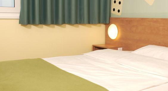 Zimmer mit französischem Bett im B&B Hotel Erlangen