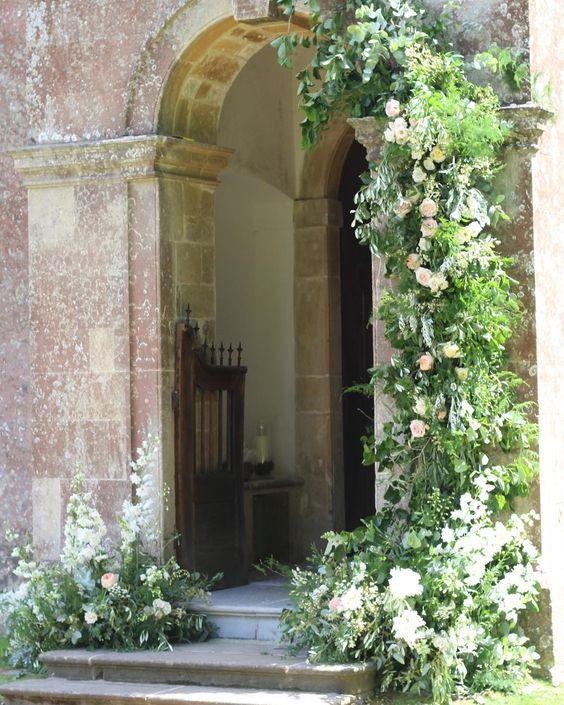 decor intrare biserica instalatie florala inspiratie nunta