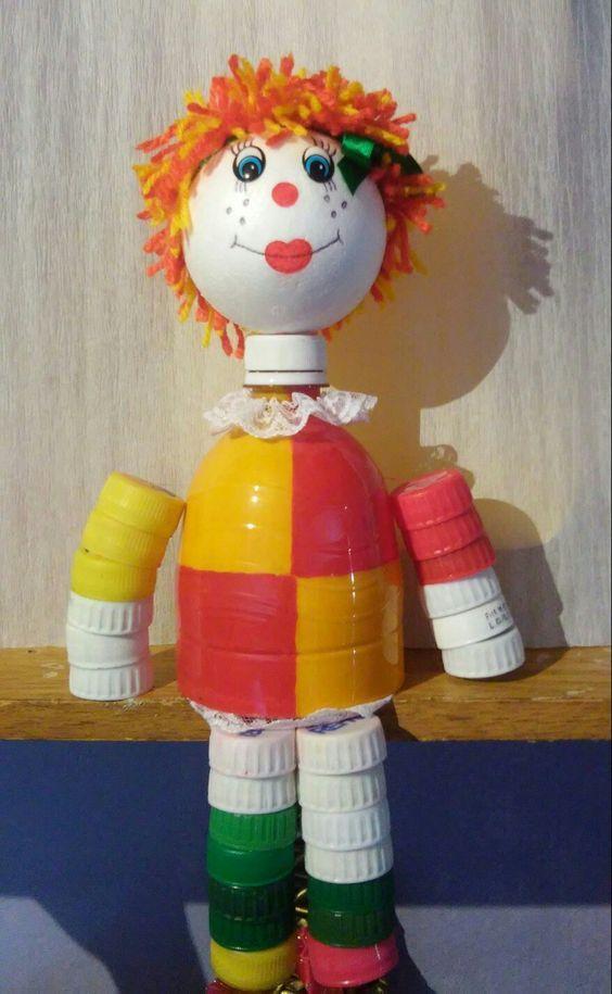Boneca Emília feita com materiais reciclados