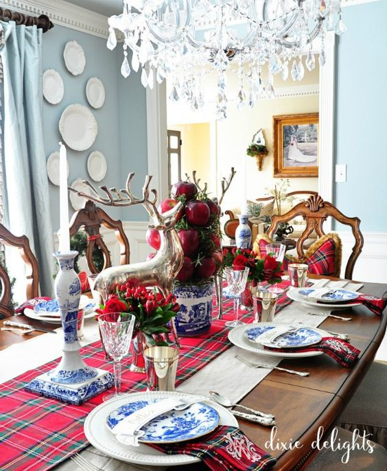 Beautiful traditional Christmas dining room from Dixie Delights | 11 Magnolia Lane Holiday Home Tour