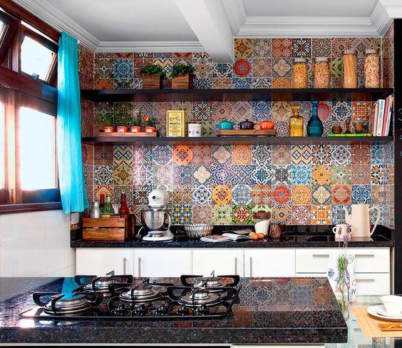 As paredes desta cozinha curitibana eram brancas e sem graça. Para dar uma renovada no visual, a moradora resolveu investir em um mosaico co...: