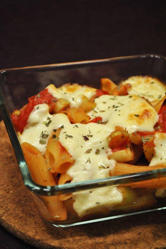 Küchenzaubereien: Überbackene Gemüsenudeln mit Parmesan-Schmand-Klecksen