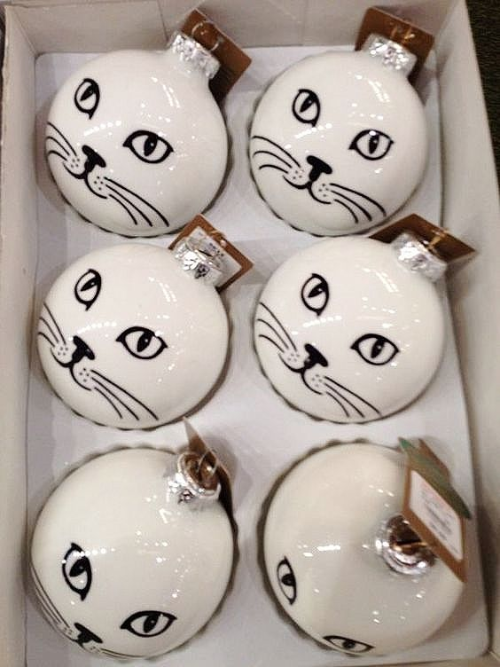 Ridiculously easy DIY Cat Ornament. Customize to match the color of your cat. Great, simple, Christmas craft gift for kids, teachers, and friends. #christmasdiy #Christmas #cats