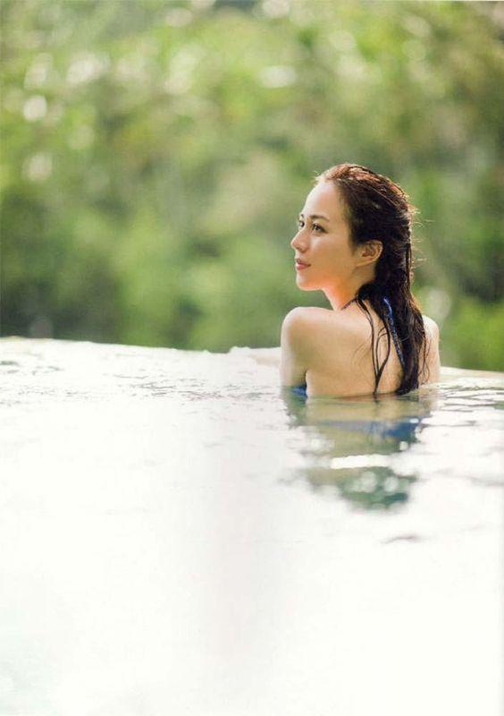 水の中に入っているオールバックの比嘉愛未の横顔の画像