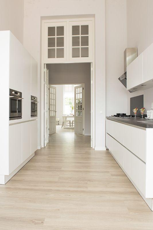 Houten vloer in moderne witte keuken   kitchen parc glorieux at ...