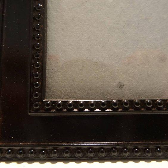 Bruin metalen fotolijstje met parelrand