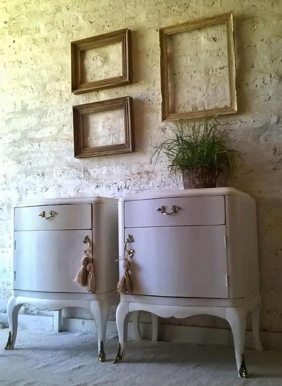 Mesas de luz luis xv blanco decapado mesas de luz for Muebles restaurados en blanco