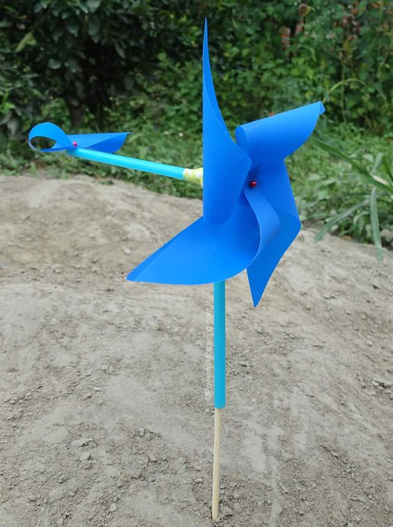 Explore the direction of the wind with this pinwheel weathervane, perfect for the early years.