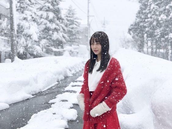 赤い服を着た鈴木絢音