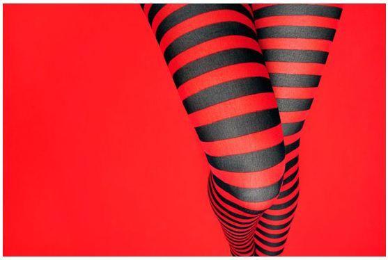 É preta com listras vermelhas  ou vermelha com listras pretas ?