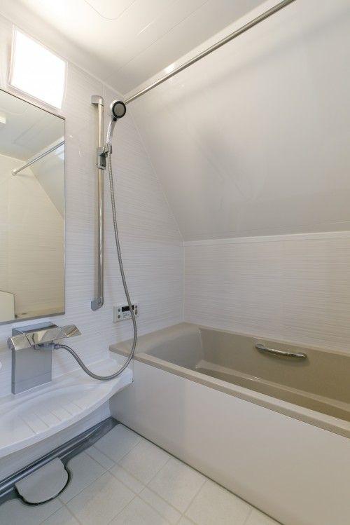 タカラスタンダードの伸びの美浴室を採用しました 空間を効率よく使ってリフォームし 洗面室側のスペースが少し広がりました これまではとても寒かった浴室 窓 をジャロジーから上げ下げ窓に変更し 断熱性良く あたたかくなりました 浴室 お風呂 リノベーション