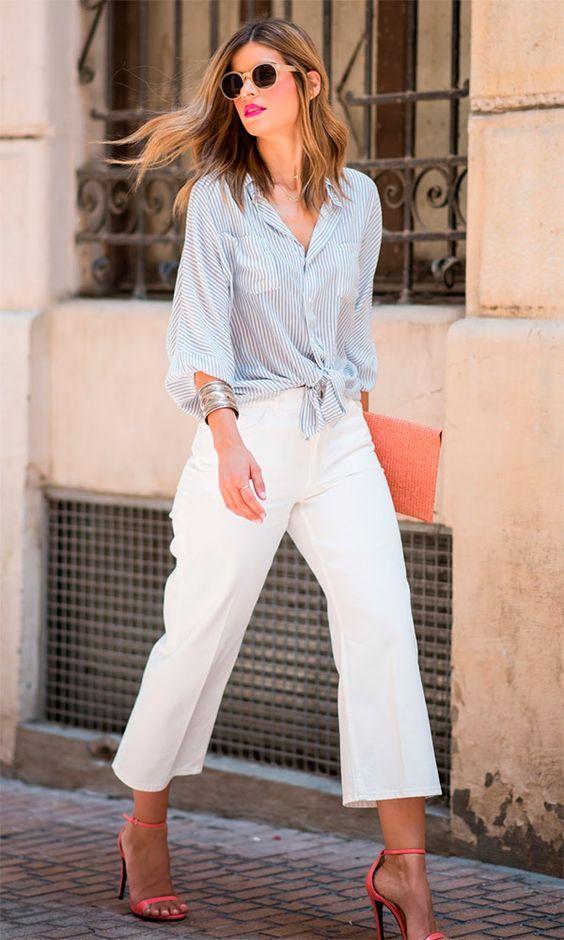 Street style look com camisa e calça branca.: