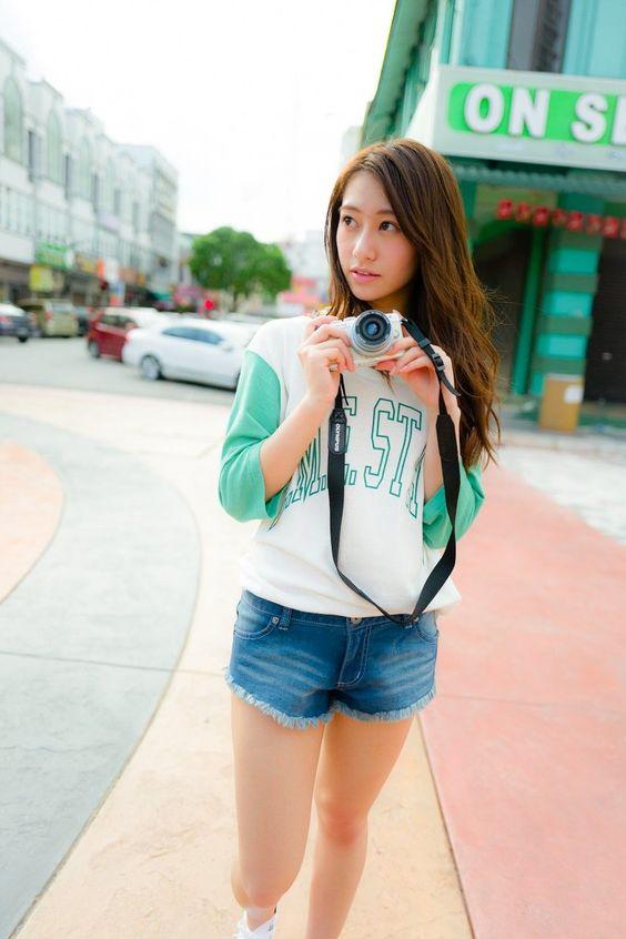 カメラ片手に街を歩く桜井玲香のかわいい画像