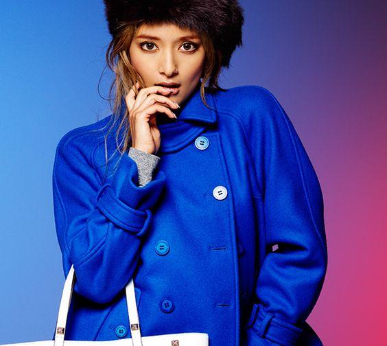 青色コートのローラ