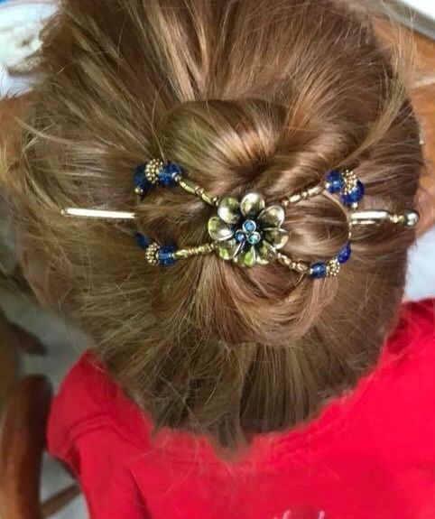 Cute Bun Hairstyle With Brilliant Bluem Flexi Clip Fast Easy Hair Style Ideas For Girls Every Day Beaut Cute Bun Hairstyles Rose Hair Girls Hair Accessories