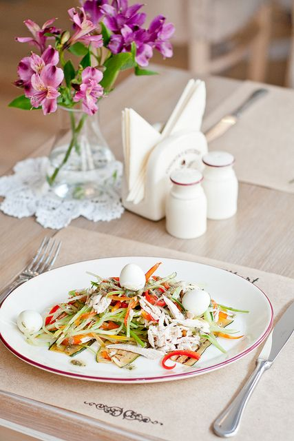 Salad with vegetables and turkey