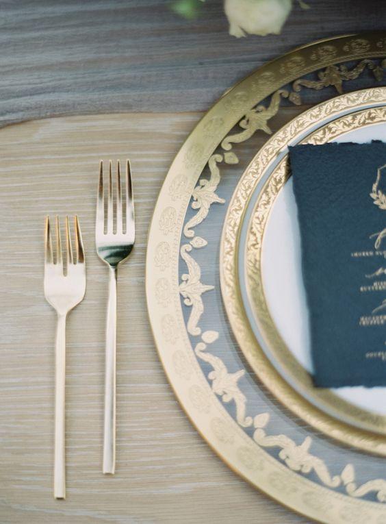 Gold and Black Place setting | Photography : Kurt Boomer | I take you UK Wedding Blog