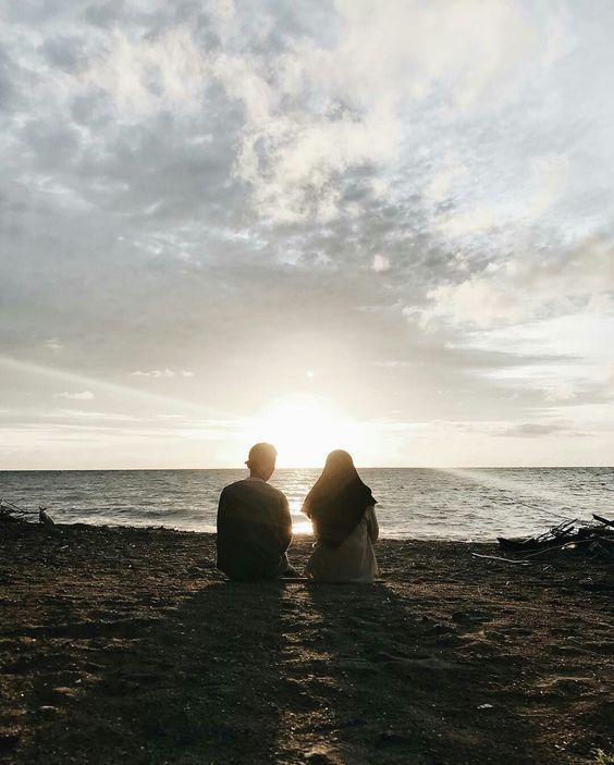 percakapan berdua gadis di tepi pantai