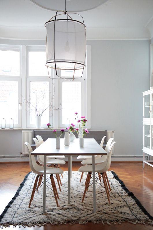 Z1 Cotton Lamp y sillas Eames blancas.