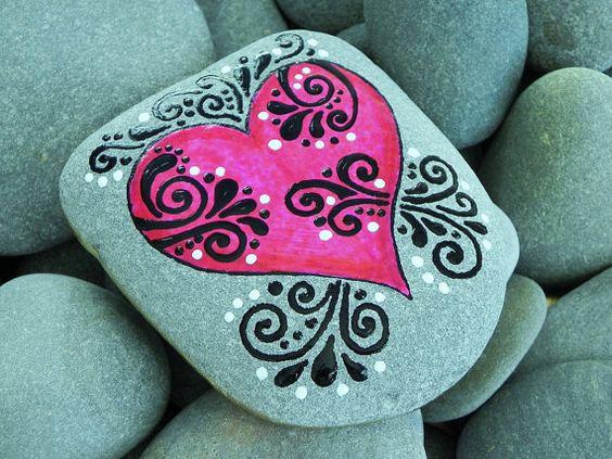 Roca pintada de Cape Cod    .. .sea piedra cayó en el mar apacible.    Qué amor se siente como    Llevar un trozo de la orilla interior...    Este gran gran corazón es feliz...  Y.. .esta piedra de mar es especial. La forma sola lo hace aparte de otras que he recogido. Y se siente tan bien cuando lleva a cabo.    Colocar esta piedra pintada mar donde lo verás con frecuencia. En un plato o bandeja con otras piedras, en un escritorio o mesa de dibujo, mesa o soporte de la noche. Por la…