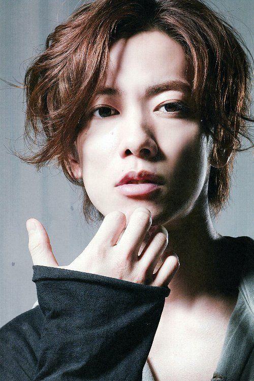 毛先ツイストスタイルの佐藤健の髪型