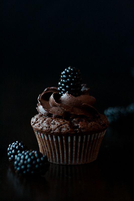 mystic light, food photography, Brombeer-Schokoladen-Cupcakes, blackberry chocolate cupcakes, recipe by www.christinascatchycakes.de
