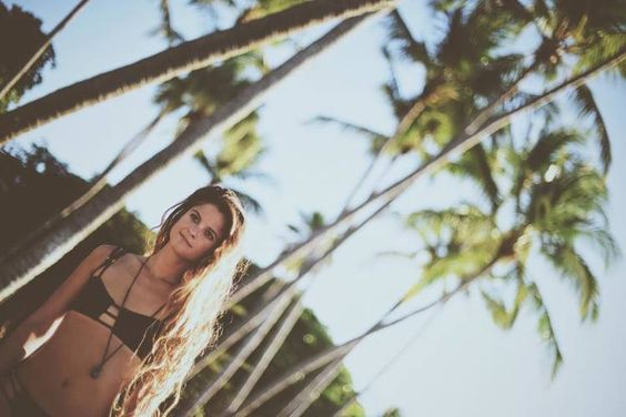 underneath the palm trees you can leave your w☮rries.