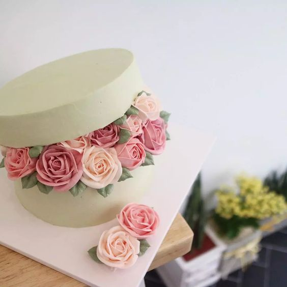 Her buttercream flower cakes are ABSOLUTELY gorgeous! - Imgur