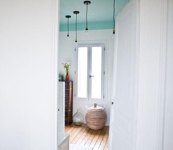 d coration salle de bain plafond vert d 39 eau et ampoules suspendues vintage cosy zen. Black Bedroom Furniture Sets. Home Design Ideas