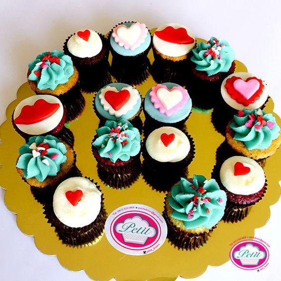 Buenos días #PetitLovers!  Un dulce inicio de semana con doble relleno de amor y esperanza.  PEDIDOS: petitlovers@gmail.com  #buenosdias #goodmorning #colores #divertido #alegredespertar #somosvenezuela #amorporvenezuela #postres #cupcakes #divinos #vainilla #chocolate #redvelvet #zanahoria #querico #postrecito #amanecerdulce #dulcetentacion #caracas by petit_lovers