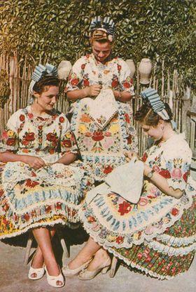 ニコール・キッドッマン愛用!ハンガリー名産「カロチャ刺繍」をあしらったカラフルで可愛い民族衣装♪ - NAVER まとめ national costume