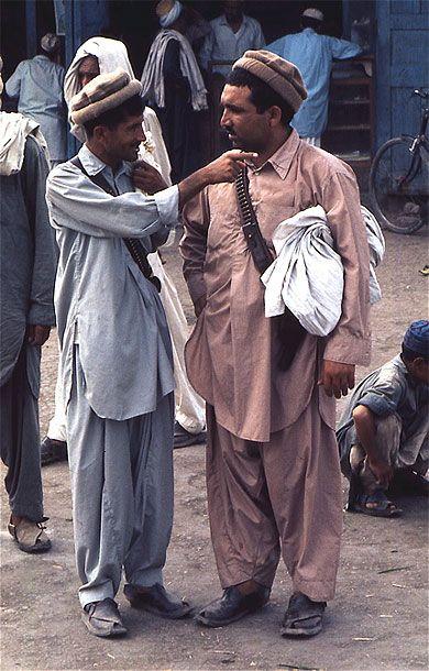 Pachtouns - Vallée du Nouristan. Environs de Djelallabad. Entre Kaboul et Peshawar au Pakistan, Djelallabad, capitale de la province de Nangarhar, c'est un peu la porte des Indes. A 80 kilomètres du Pakistan, elle commande la passe de Khyber et toute la région fut le thêatre des sanglants combats qui s'y livrèrent lors des guerres anglo-afghanes.Région particulièrement dangereuse actuellement.