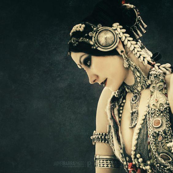 Rachel Brice, tribal fusion bellydancer _ la ropa y las joyas están inspiradas en las típicas de mujeres beduinas